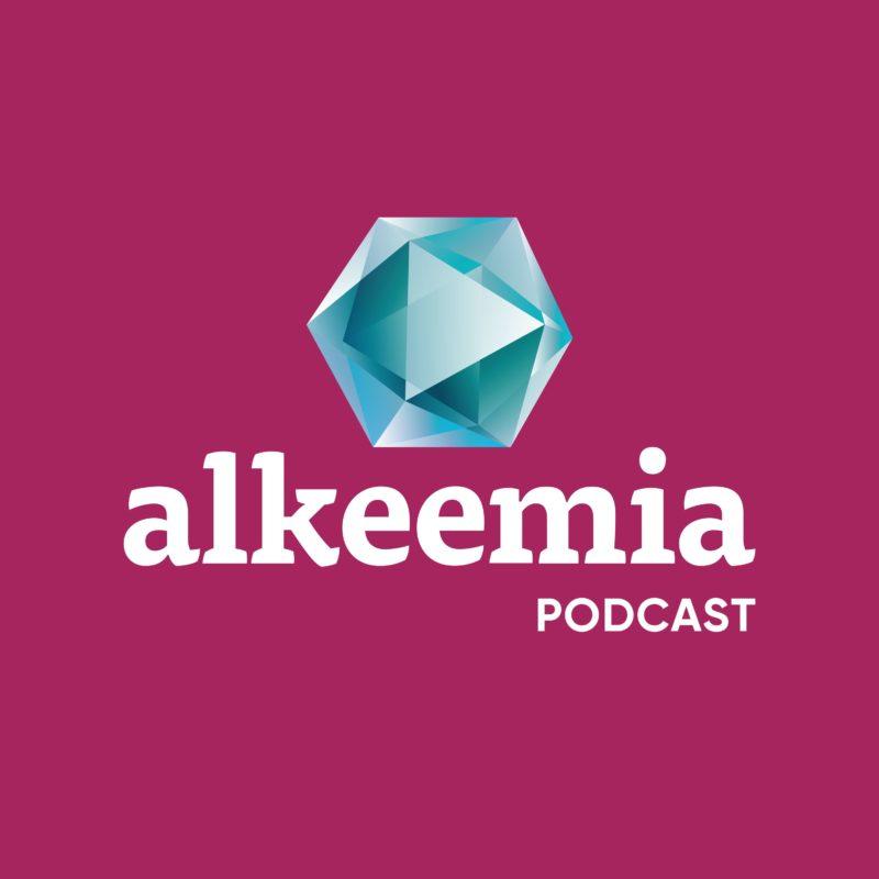 Lillakal taustal helesinine teemant ja selle all tekstina alkeemia podcast.