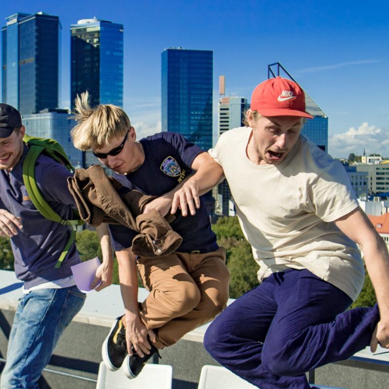 Tallinna taustal, kolm saatejuhti hüppavad õhku.