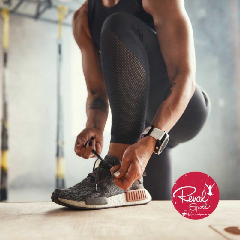 Pildil spordiriietes naine seob tossupaelu. Nurgas Reval spordi logo.