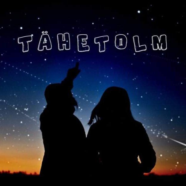 Tähti vaatlevate inimeste siluett ja podcasti nimi.