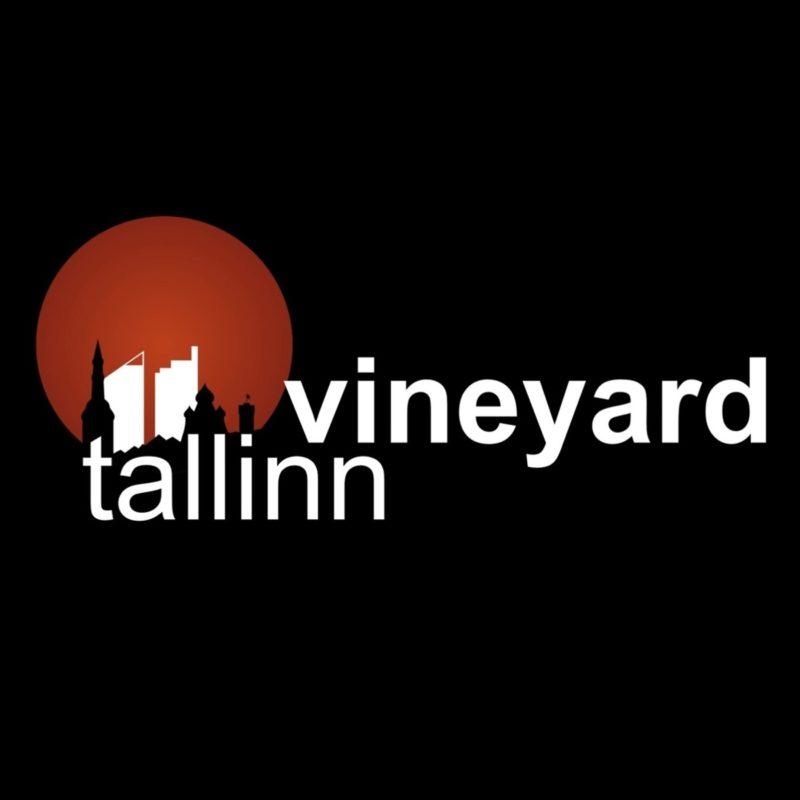 Tumedal taustal väikeselt Tallinna siluett ja podcasti nimi.